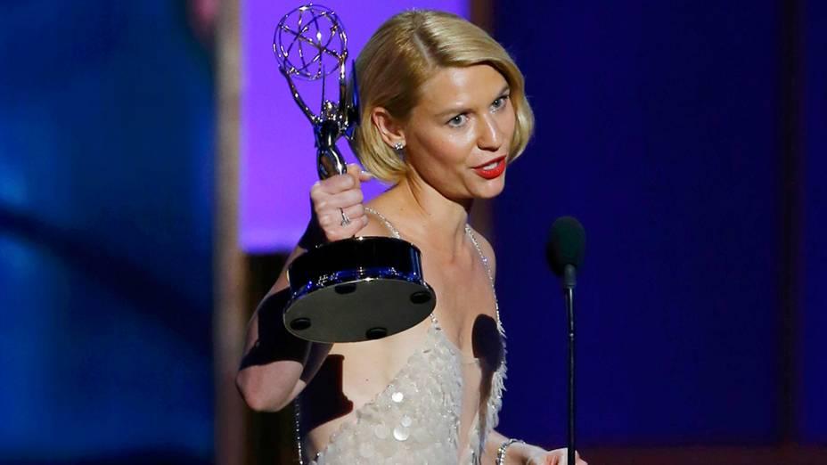 Claire Danes recebe o prêmio de melhor atriz em série dramática por sua atuação em Homeland, durante o Emmy, em Los Angeles