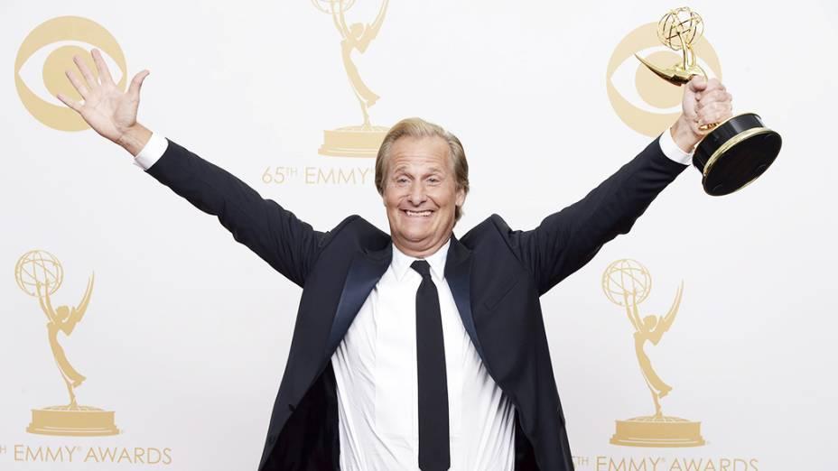 Jeff Daniels recebe o prêmio de melhor ator em série dramática por sua atuação em The Newsroom, durante o Emmy, em Los Angeles