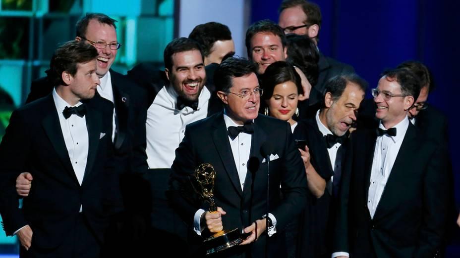 The Colbert Reports recebe o prêmio de melhor roteiro para programa de variedades, durante o Emmy, em Los Angeles