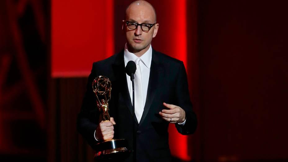 Steven Soderbergh recebe o prêmio de melhor direção em minissérie ou telefilme por Behind the Candelabra, durante o Emmy, em Los Angeles