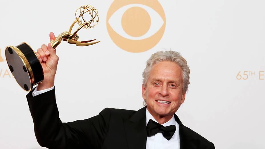 Michael Douglas recebe o prêmio de melhor ator coadjuvante em minissérie ou telefilme por sua atuação em Behind the Candelabra, durante o Emmy, em Los Angeles