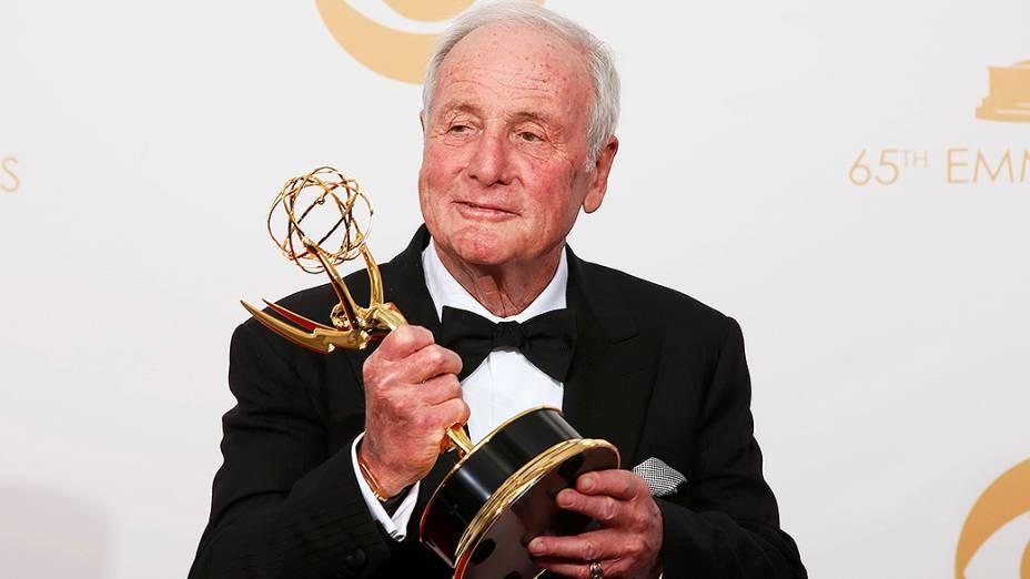 O produtor executivo Jerry Weintraub do filme da HBO Behind the Candelabra com o prêmio de melhor minissérie ou telefilme, no Emmy 2013