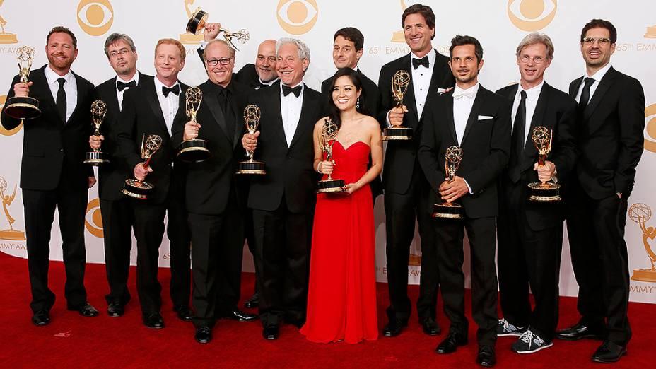 Elenco de Modern Family com o produtor executivo Steven Levitan, recebem o prêmio de melhor série cômica, no Emmy 2013