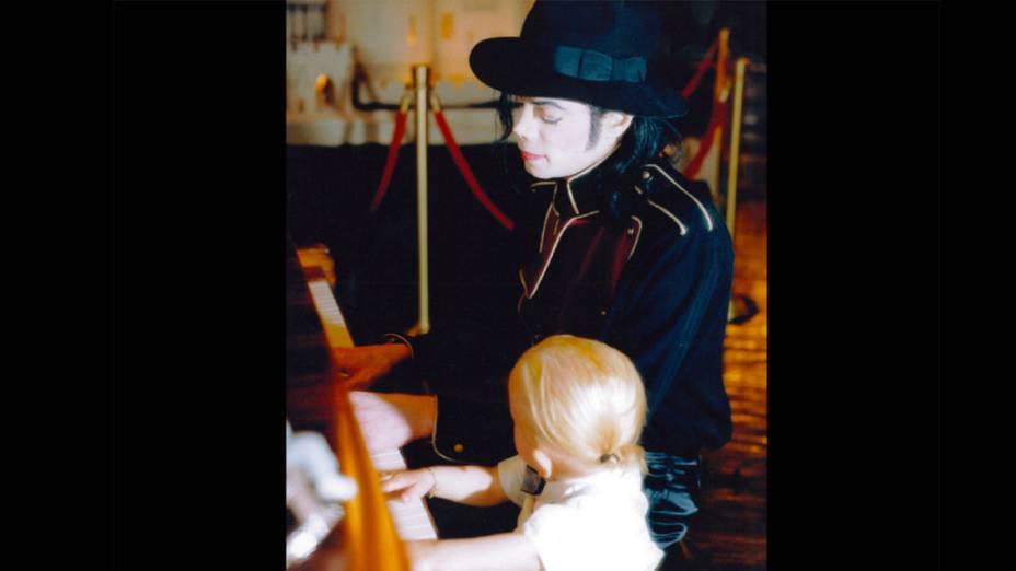 Michael Jackson toca uma música para Prince