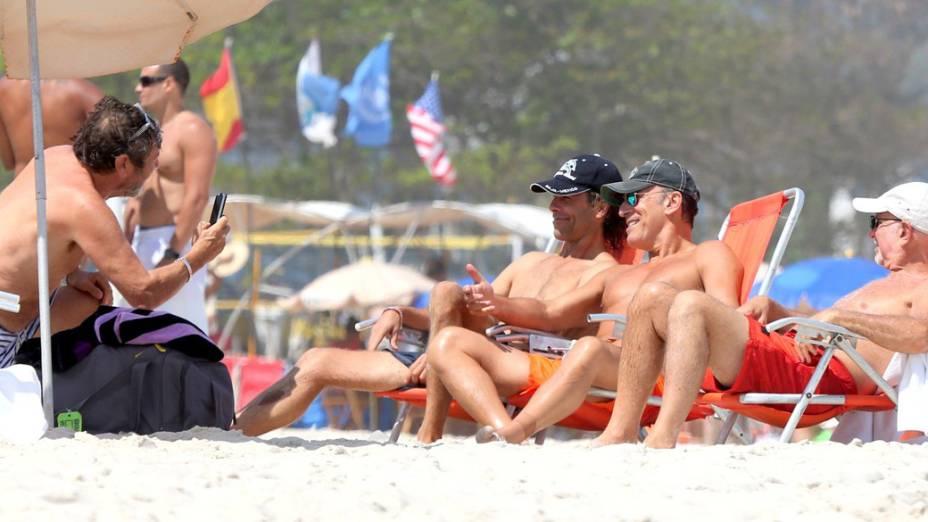 Bruce Springsteen com os amigos na praia do Rio de Janeiro