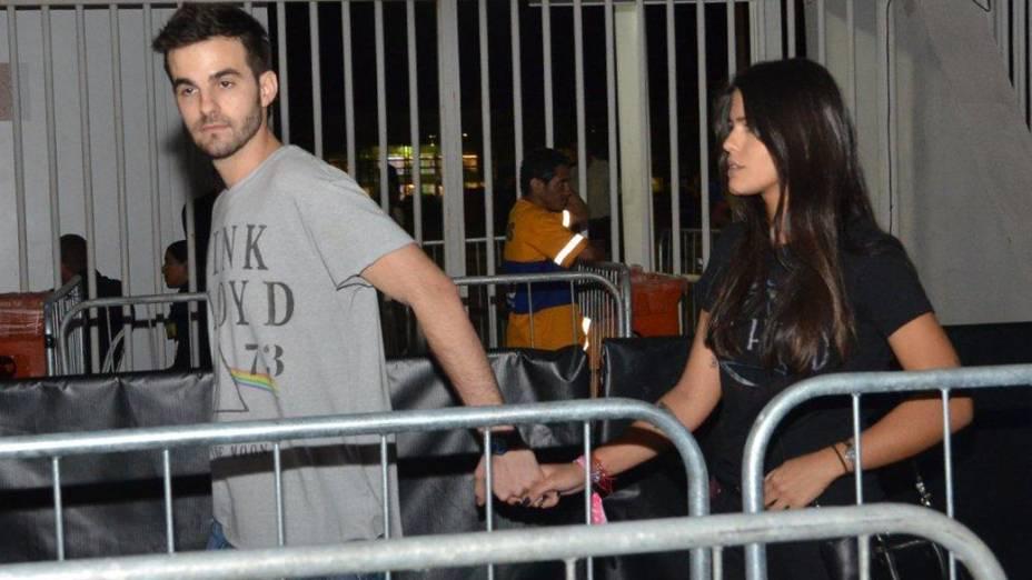 Antonia Moraes de mãos dadas com o namorado na Cidade do Rock