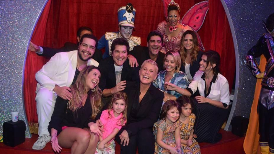 Xuxa com amigos e fãs durante a festa de inauguração da primeira unidade de sua rede de casas de festas infantis, Casa X
