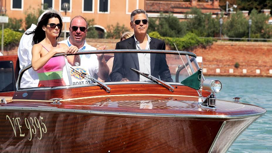 George Clooney chega de barco junto com a atriz Sandra Bullock antes da coletiva de imprensa do filme Gravidade, no 70º Festival de Veneza