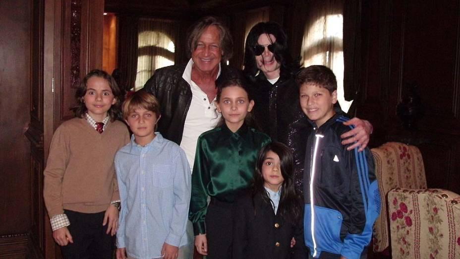 Michael Jackson posa com o promotor imobiliário Mohamed Hadid, e com os filhos, Paris e Prince em 2008
