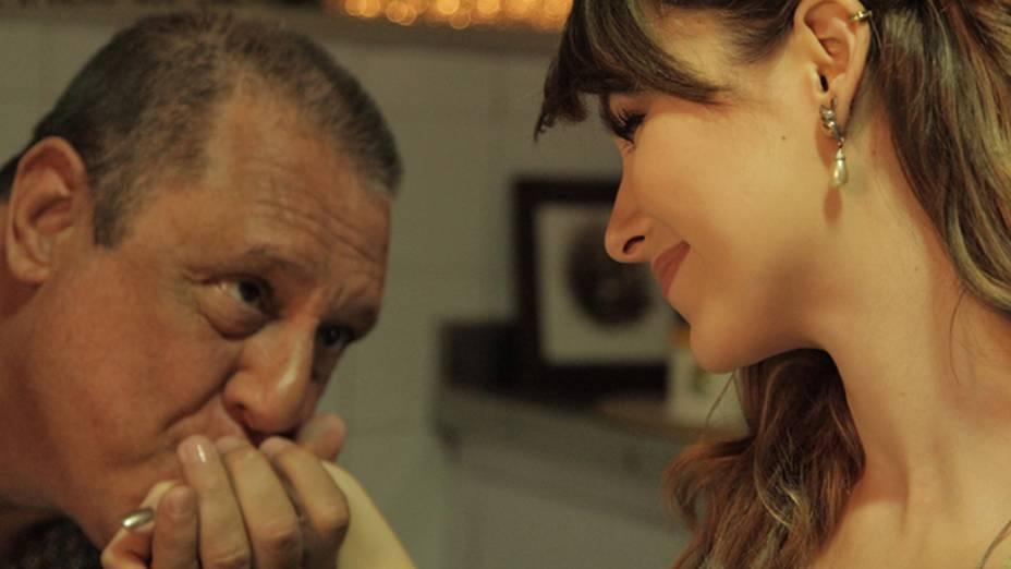 Antonio Fagundes é Sênior e Sandy, Bruna, uma estudante de música que é sua inquilina