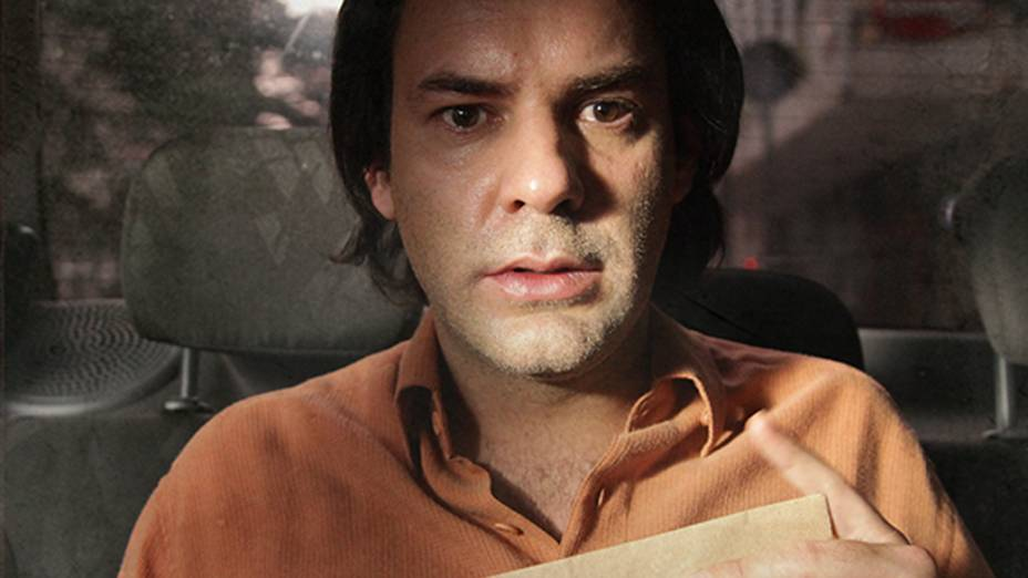 Júnior (Marat Descartes) é, aos poucos, tragado pelas lembranças que a casa traz, especialmente de momentos misteriosos e sombrios vividos ao lado de sua mãe, Olga (Helena Albergaria), já morta
