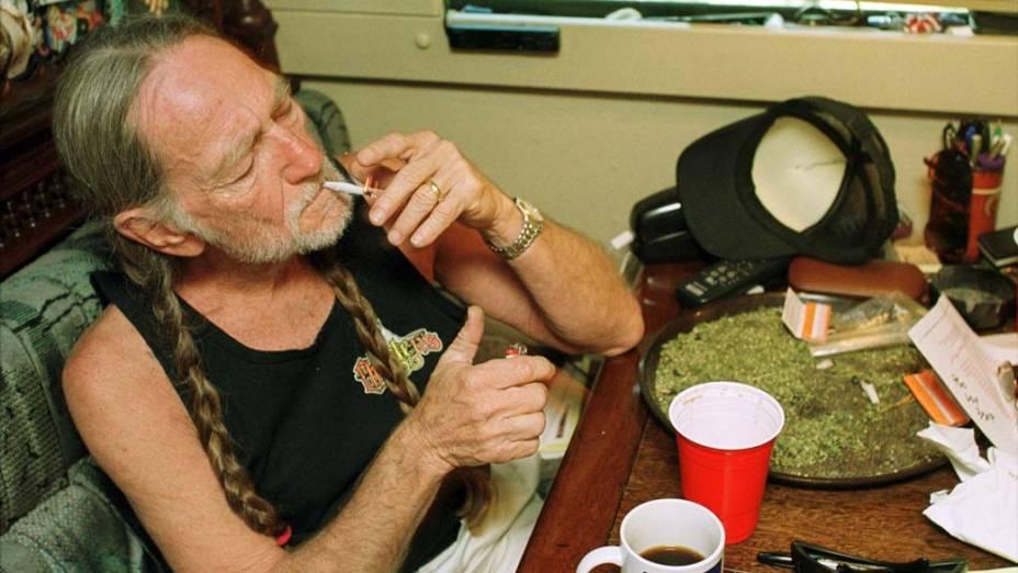 Willie Nelson fumando em sua casa no Texas