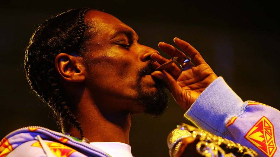 """O rapper Snoop Dogg fumando durante o festival """"Good Vibrations"""""""