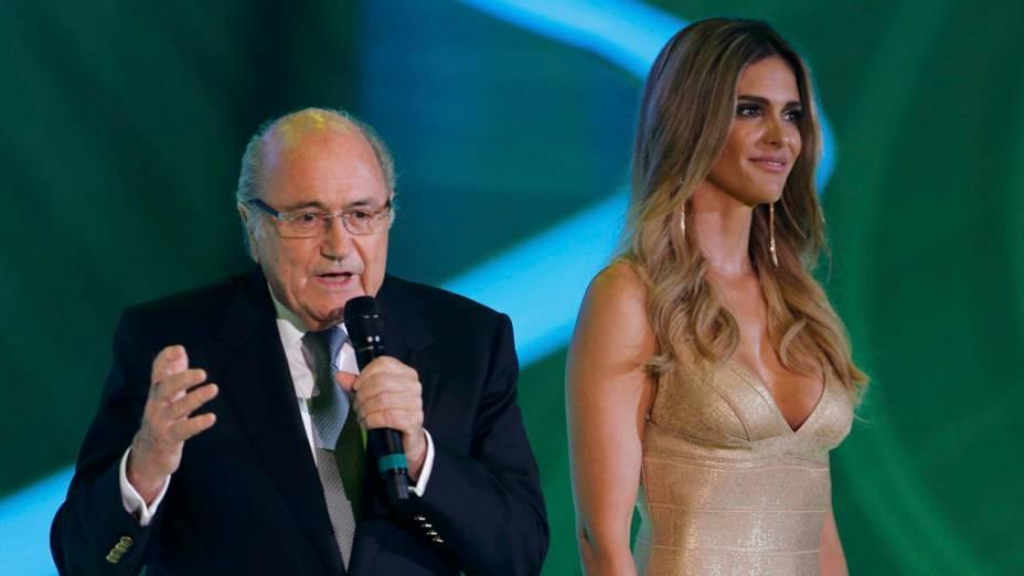Fernanda Lima ao lado de Joseph Blatter, durante a durante sorteio dos grupos da Copa de 2014