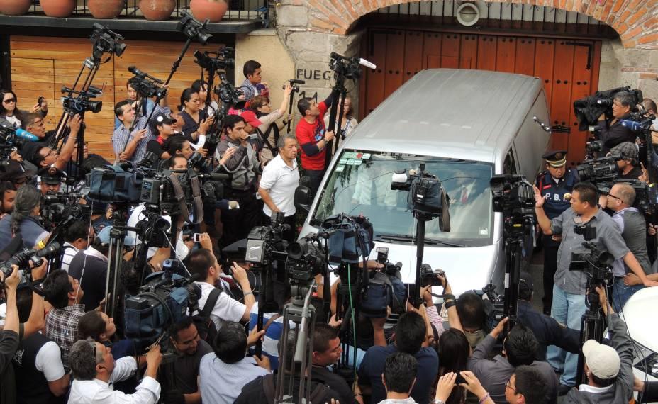 Repórteres se aglomeram na saída da casa do escritor Gabriel García Márquez, na Cidade do México
