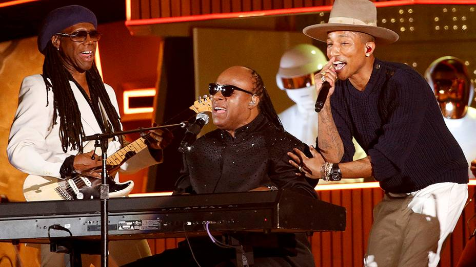 "Stevie Wonder, Pharrell Williams e Nile Rodgers interpretam a canção ""Get Lucky"" do Daft Punks durante a premiação do Grammy 2014"