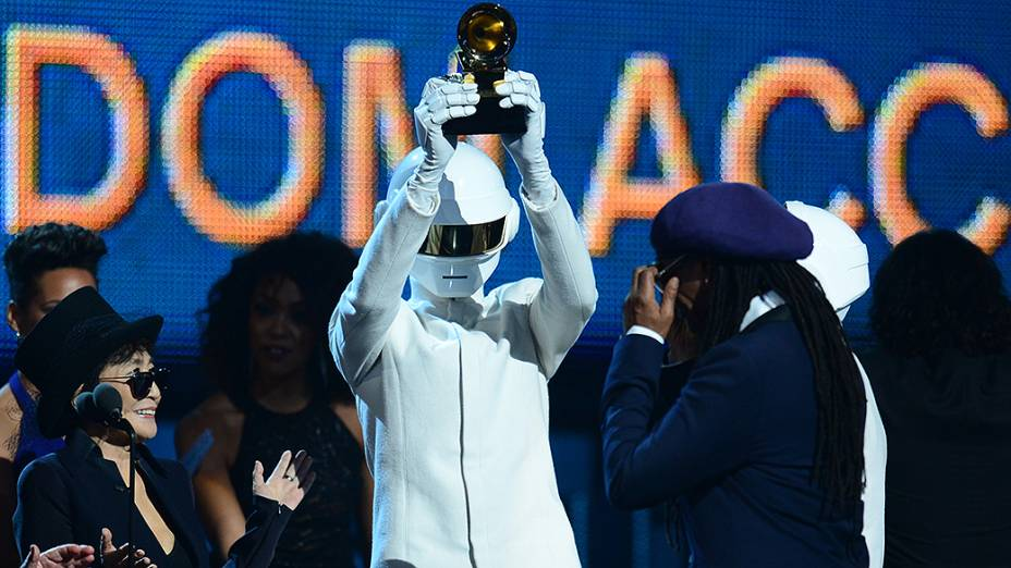 Daft Punk recebe o Grammy de Álbum do Ano por Random Access Memories