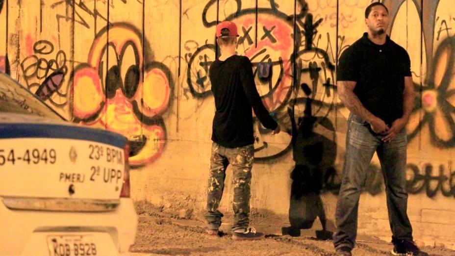 O cantor pediu para seus seguranças o protegerem enquanto grafitava