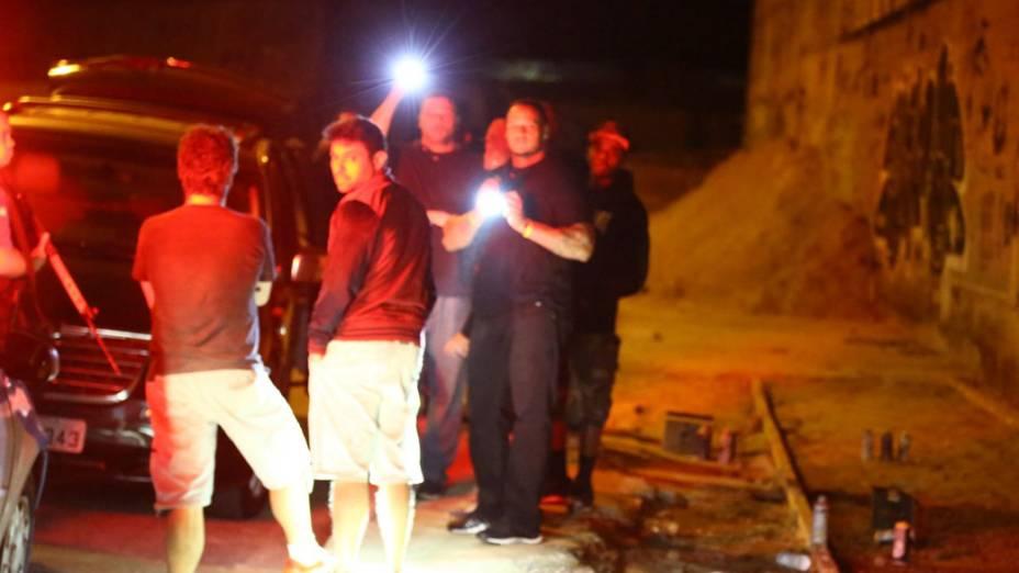Seguranças de Justin Bieber usam lanternas para atrapalhar os fotógrafos