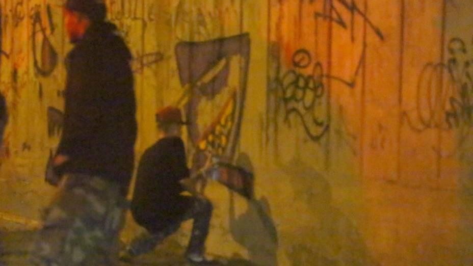 Justin Bieber grafitando um muro de São Conrado, no Rio