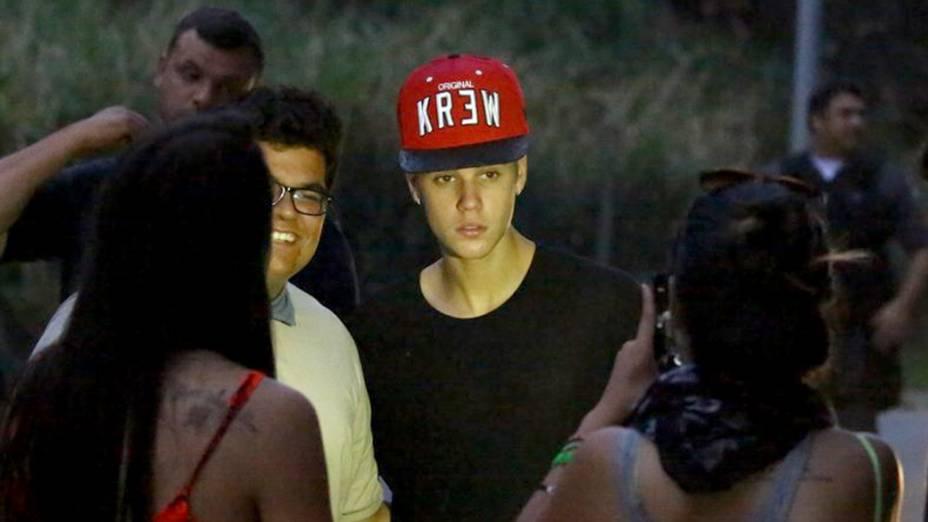Justin Bierber aceitou tirar fotos com fãs para os fotógrafos não prestarem queixas contra ele e seus seguranças