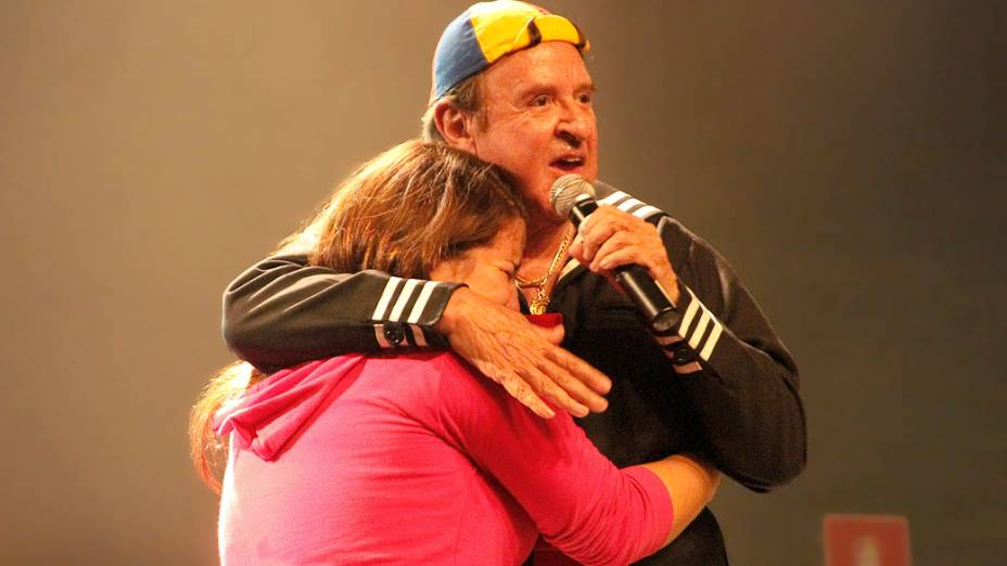 Carlos Villagrán abraça fã que se emociona ao vê-lo