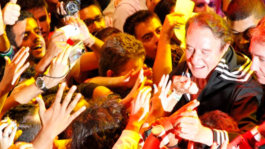 Carlos Villagrán tira fotos e dá autógrafos no final de sua apresentação, em São Paulo