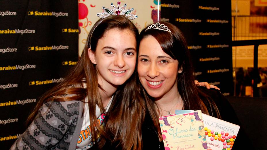 Julia Pinheiro Piedols, de 11 anos, com Paula Pimenta no lançamento de O Livro das Princesas