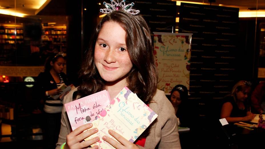 Ana Vitoria Moraes Oliveira, de 11 anos, mostra os livros que pediria para as escritoras autografarem