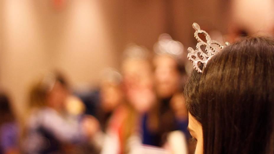 Paula Pimenta entrou na brincadeira e também usou uma tiara de princesa durante a sessão de autógrafos em São Paulo