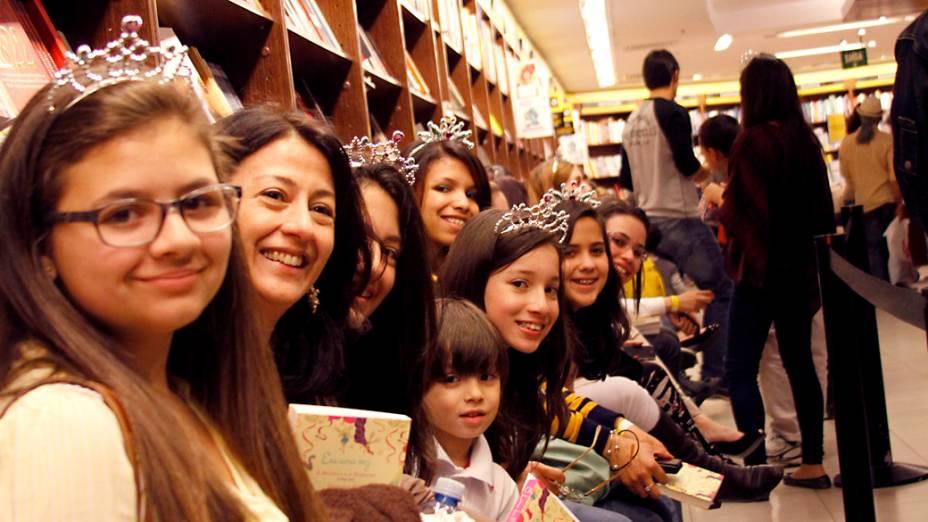 Fila ao lado de fora do auditório onde Paula Pimenta e Patricia Barboza autografaram O Livro das Princesas