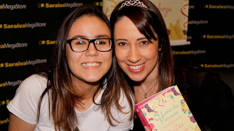 Mariana Orsolini, de 12 anos, com a escritora mineira Paula Pimenta no lançamento de O Livro das Princesas