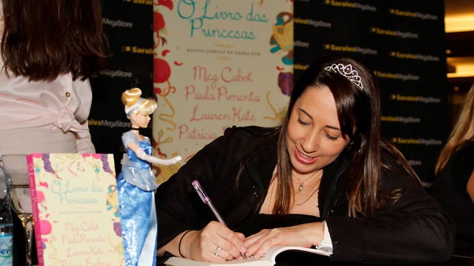 Paula Pimenta durante sessão de autógrafos em São Paulo
