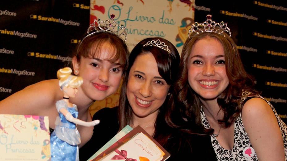 As irmãs Anna Luiza, 13 anos, e Angela Gabriela Calixto Amaral, 16, com Patrícia Pimenta