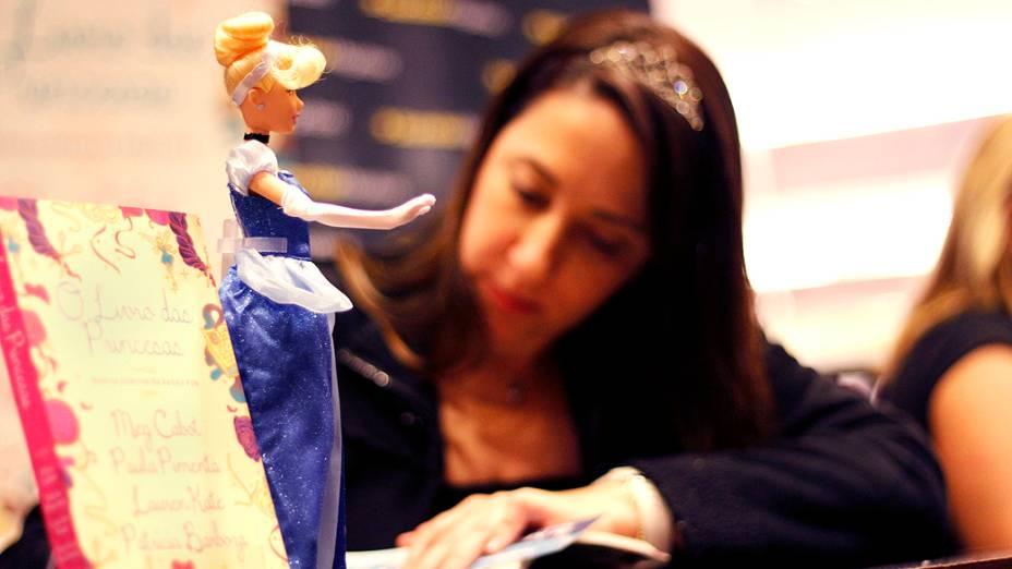 Paula Pimenta durante sessão de autógrafos de seu livro O Livro das Princesas