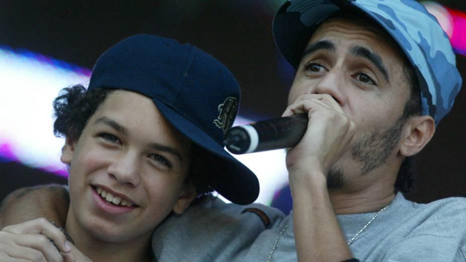 Marcelo D2, com o filho, Stephan, cantando em show durante a festa de entrega do prêmio Meus Prêmios Nick, evento promovido pelo canal Nickelodeon, no Parque Hopi Hari, em 2004