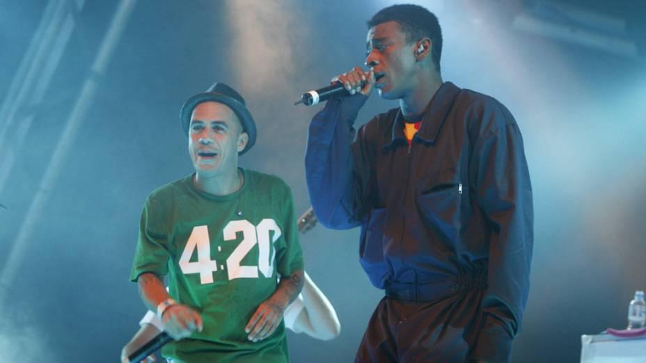 Marcelo D2 cantando com Seu Jorge, no show após a Corrida Claro Rio em Movimento, no Jockey Club Brasileiro em 2009