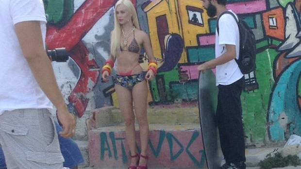 Bastidores do ensaio de Mariana Ximenes para a revista VIP na comunidade do Vidigal no Rio de Janeiro