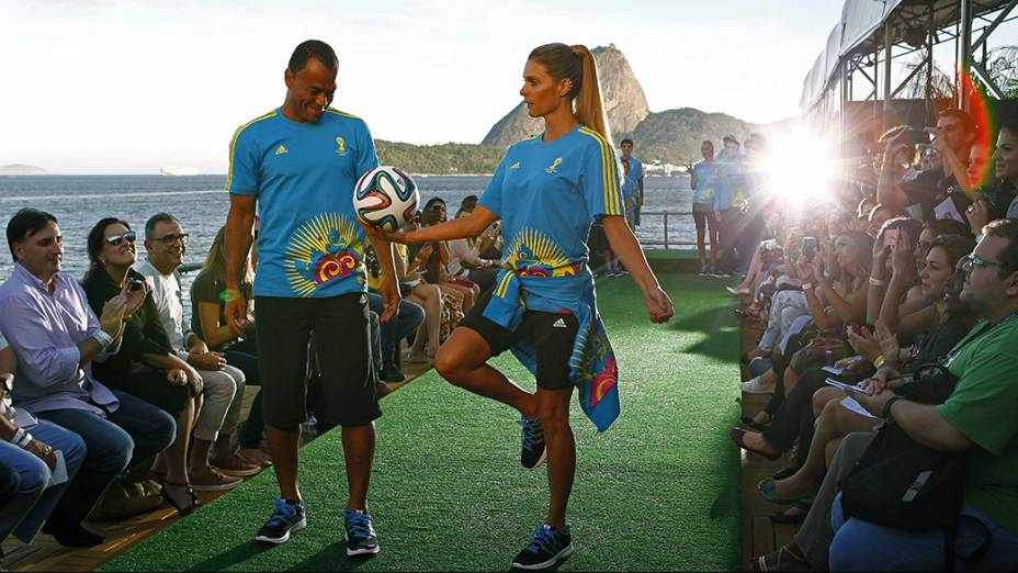 Ainda durante o evento, amodelo Fernanda Lima e o ex-jogador de futebol Cafú desfilaramcom os uniformes dos voluntários que trabalharão durante os jogos da Copa de 2014