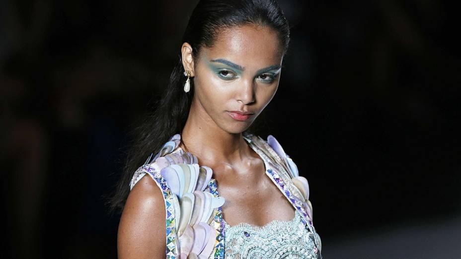 Modelo apresenta criação da marca Victor Dzenk no terceiro dia da Fashion Rio Verão 2015
