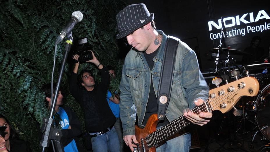 Champignon, baixista da banda Nove Mil Anjos, tocando no lançamento do celular Nokia 5130 XpressMusic, na Nokia Store dos Jardins