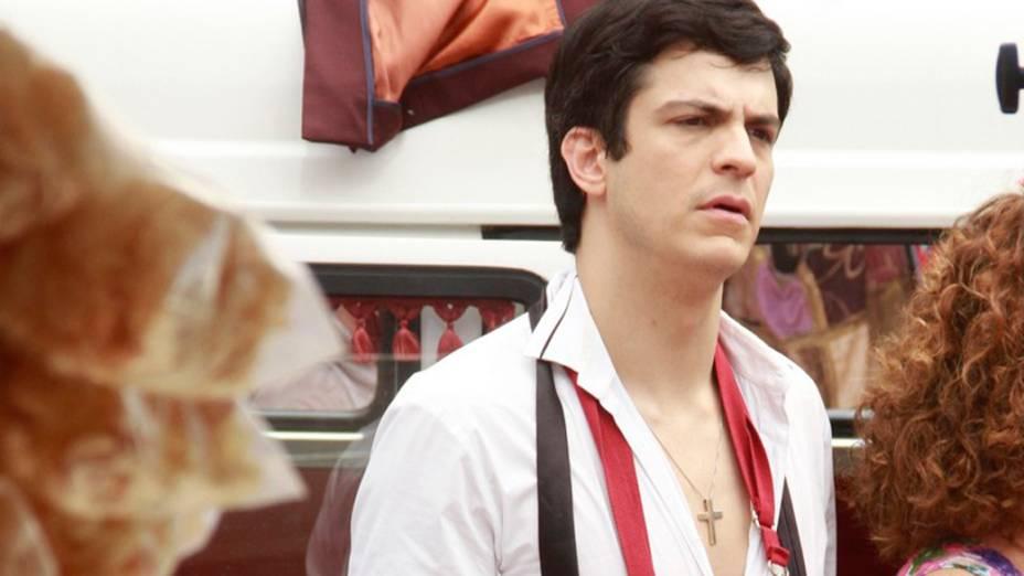 Mateus Solano grava cena em que Félix vende hot dog com Márcia (Elizabeth Savalla), na rua