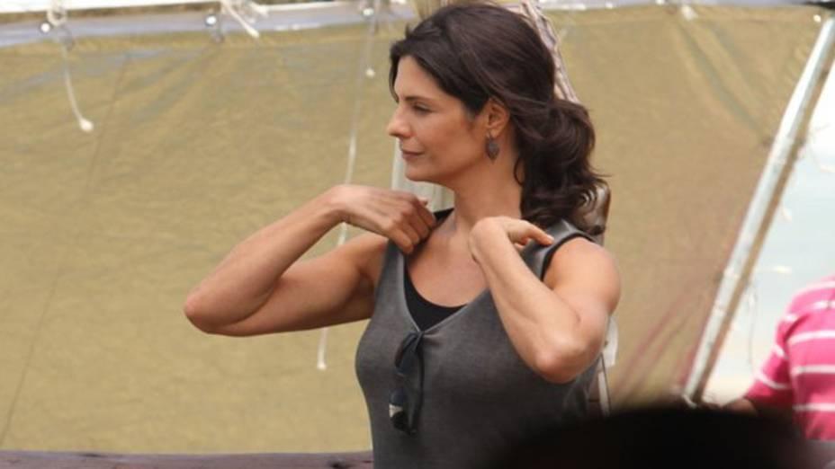 Ariz Helena Ranaldi durante gravação da novela Em Familia na praia da Reserva, no Rio