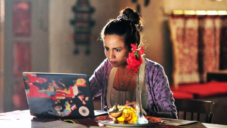 Morena (Nanda Costa) vê pela internet sua missa de um mês de falecimento