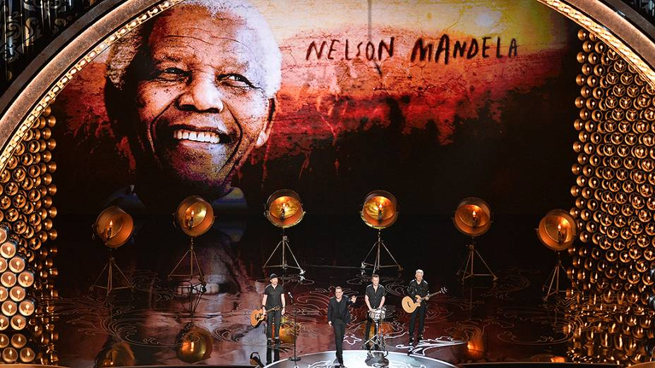 U2 canta pela primeira vez ao vivo a música Ordinary Love, trilha do filme Mandela: Long Walk to Freedom, que foi indicada na categoria de canção original