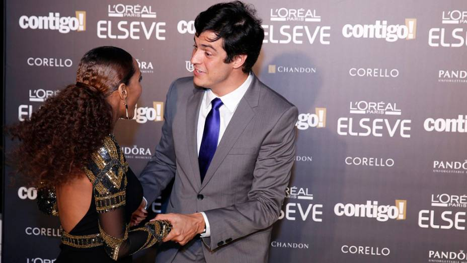 Matheus Solano brinca com a atriz Thaís Araújo, durante a 16ª edição do Prêmio Contigo! de TV, no Hotel Copacabana Palace, no Rio de Janeiro