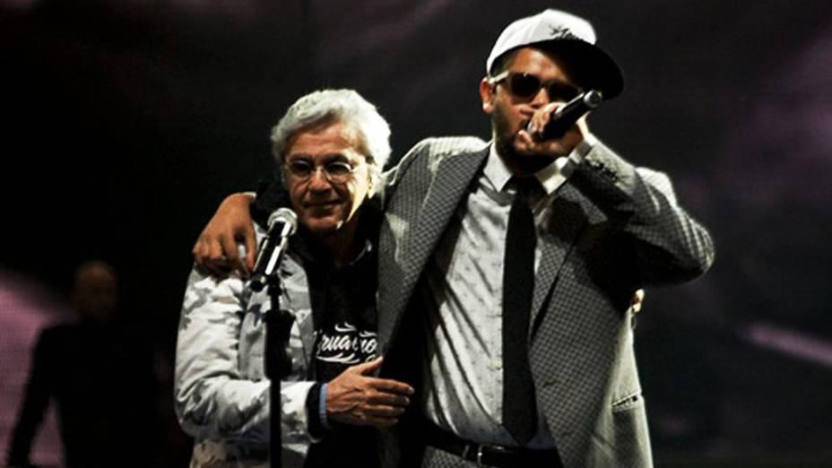 Caetano Veloso e Emicida durante apresentação na 20ª edição do Prêmio Multishow 2013, com apresentação de Ivete Sangalo e Paulo Gustavo, na Arena da Barra, no Rio de Janeiro