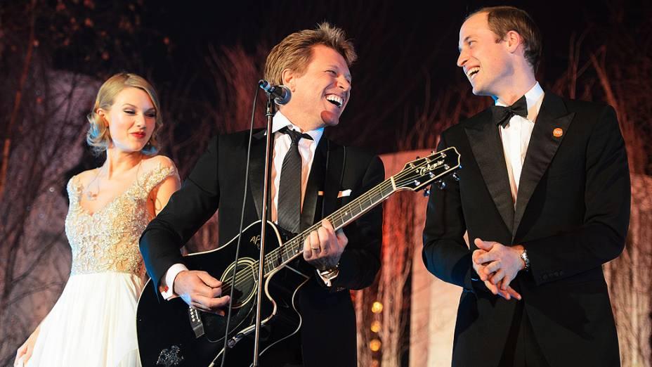 Príncipe William, duque de Cambridge, canta ao lado de Jon Bon Jovi e Taylor Swift no Jantar de Gala Centrepoint, no Palácio de Kensington, em Londres