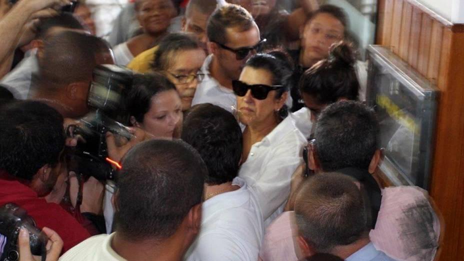 Regina Casé vai ao velório do dançarino DG em Botafogo