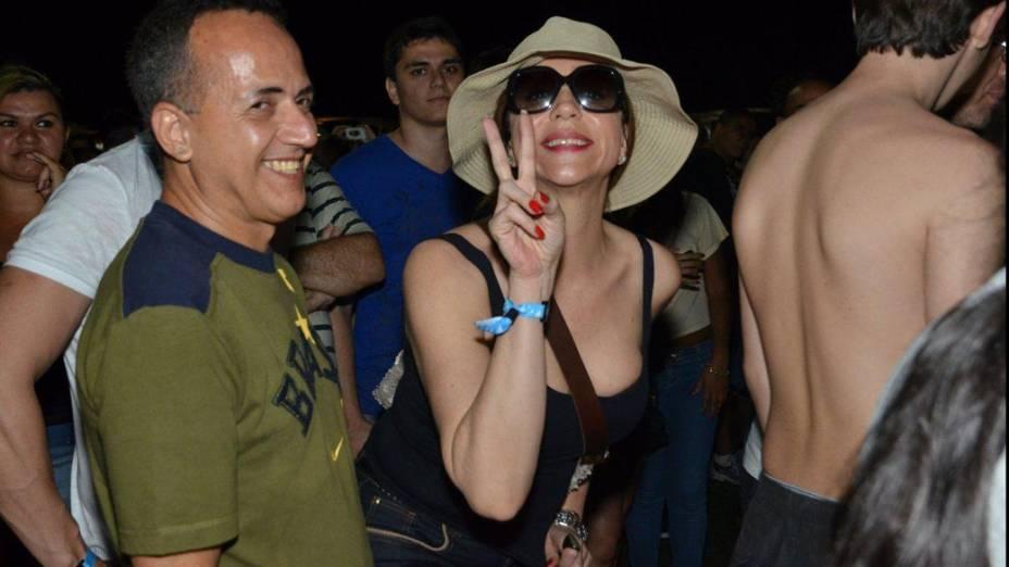 Marisa Orth assiste show no meio da multidão